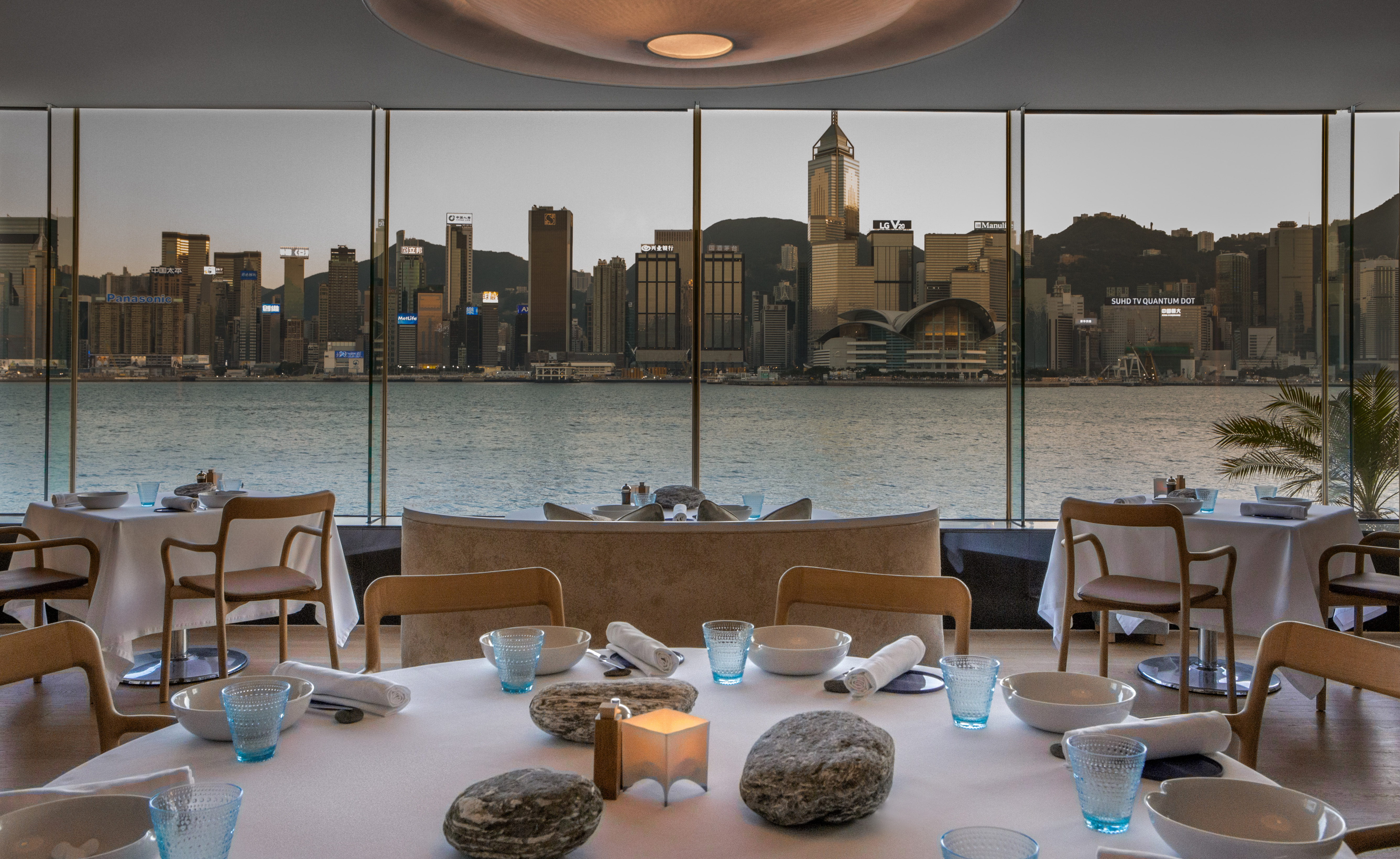rech-by-alain-ducasse---interior-with-harbourview-2-pierre-monetta_32216319784_o.jpg